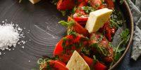 sahalidze-salat-s-rozovymi-tomatamizelenju-i-syrom-chanah.jpg