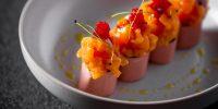 Тартар-ролл с лососем и соусом из манго