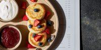 Зори_Сырники с малиновым вареньем, ягодами и сметаной (1)_tilda6477401